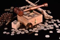 Tresures av silver och ?delstenar med auktionsklubban fotografering för bildbyråer