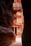 Tresury van het smalle openen in Siq, Petra, Jordanië Royalty-vrije Stock Afbeelding