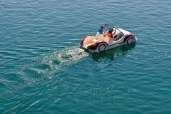 Tretboot auf dem See gefahren von zwei Touristen im Sommer stockbild
