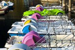 Tretboot an einem italienischen See Stockfotografie