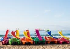 Tretboote auf Benidorm-Strand lizenzfreie stockfotografie