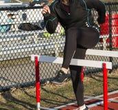 Treten über Hürden zum Aufwärmen für das Laufen lizenzfreies stockfoto
