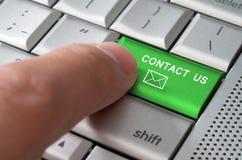 Treten das männliches Fingerzeigen des Geschäftskonzeptes mit uns Schlüssel in Verbindung Lizenzfreie Stockfotos