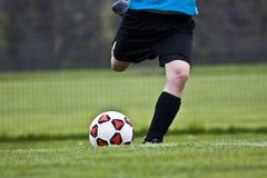 Treten der Fußball-Kugel lizenzfreie stockbilder