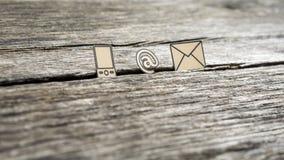 Treten Sie mit Ikonen am Zeichen, an der Post und am Handy in Verbindung Lizenzfreies Stockbild