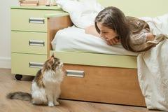 Treten Sie mit Kommunikation zwischen dem Kind und dem Haustier in Verbindung Stockfotografie