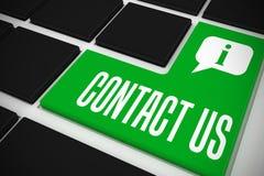 Treten Sie mit uns auf schwarzer Tastatur mit grünem Schlüssel in Verbindung Stockbild