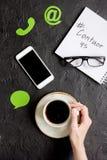 Treten Sie mit uns für Firmenrückführung auf Draufsicht des Schreibtischhintergrundes in Verbindung Lizenzfreies Stockbild