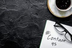 Treten Sie mit uns für Firmenrückführung auf moc Draufsicht des Schreibtischhintergrundes in Verbindung Stockbild