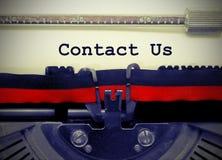 Treten Sie mit uns Text durch die alte Schreibmaschine auf Weißbuch in Verbindung Lizenzfreies Stockfoto