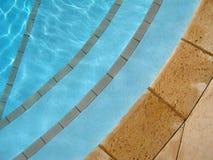 Treten Sie in Pool Lizenzfreie Stockfotos
