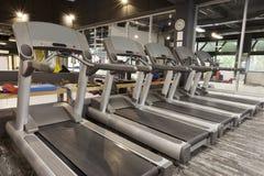 Tretmühlen in einer modernen Turnhalle Stockfotos