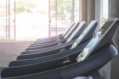 Tretmühlenanordnung im Turnhalleneignungs-Trainingsraum stockbilder