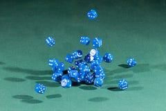 Trettio blått tärnar att falla på en grön tabell arkivfoton