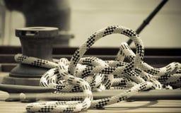 Treuil avec la corde sur le bateau à voile Détail de yacht Photos libres de droits