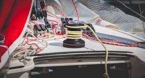 Treuil de bateau à voile avec la corde jaune Photographie stock