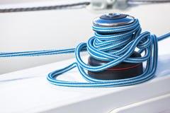 Treuil et corde, détail de yacht image libre de droits