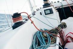 Treuil et cordes nautiques sur la plate-forme du voilier Photographie stock libre de droits