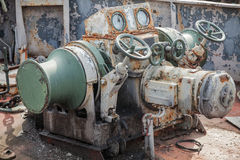 Treuil rouillé d'ancre sur le bateau abandonné Photo stock