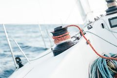 Treuil sur le yacht d'emballage professionnel se penchant en vent Image libre de droits