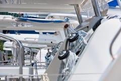Treuils et cordes, naviguant le détail de yacht Photographie stock libre de droits