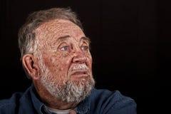 Treurende oude mens stock afbeelding