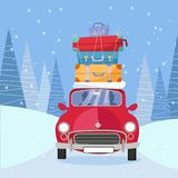 Treveling en la voiture rouge avec la pile des sacs de bagage sur le toit sur la route par le tourisme neigeux d'hiver de forêt,  illustration libre de droits