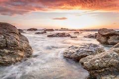Trevellas-porth Sonnenuntergang, der in Richtung trevaunance Buchten in Cornwall England Großbritannien blickt Lizenzfreie Stockfotografie