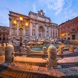 Trevi喷泉和Piazza di Trevi早晨,罗马,意大利 免版税库存照片