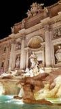 Trevi喷泉在晚上在罗马 图库摄影