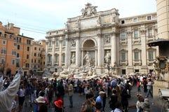 游人临近Fontana di Trevi,罗马,意大利 库存照片