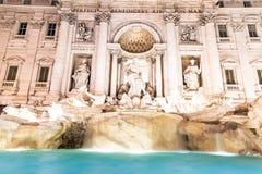 Trevi喷泉,意大利语:芳塔娜di Trevi,照亮在夜之前在罗马,意大利 库存图片