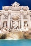 Trevi喷泉,意大利语:芳塔娜di Trevi,照亮在夜之前在罗马,意大利 库存照片