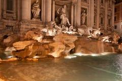 Trevi喷泉(Fontana di Trevi)在夜,罗马之前。其中一个最著名的旅游胜地 库存照片