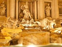 Trevi-Brunnen bis zum Nacht Lizenzfreie Stockbilder