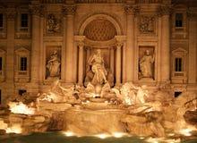 Trevi-Brunnen nachts, Rom, Italien. Stockbilder