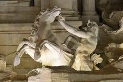 Trevi-Brunnen Triton und hippocamp nachts Stockfoto