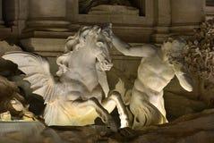 Trevi-Brunnen Triton und hippocamp nachts Stockfotografie