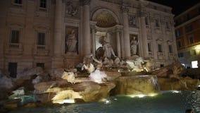 Trevi-Brunnen umgeben von den Touristen, Schießen glättend stock video