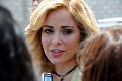 TREVI de Gloria sur une rue interviewent. photo libre de droits