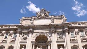 Trevi-fontain mit schönem blauem Himmel stock video