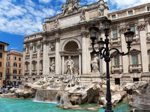 Trevi喷泉在反对多云天空的罗马-意大利。(Fontana di Trevi) 免版税库存照片