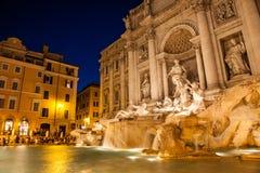 Trevi fontanna przy nocą obraz stock