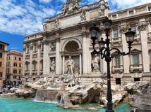 Trevi-springbrunn i Rome mot den molniga himlen - Italien. (Fontana di Trevi) Royaltyfri Foto