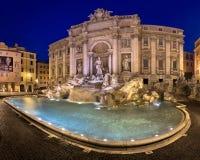 Trevi-springbrunn och Piazza di Trevi i morgonen, Rome, Italien Arkivfoton