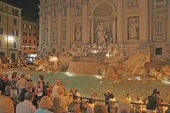 Trevi-springbrunn på natten, Rome, Italien Arkivfoto