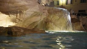Trevi-springbrunn som omges av turister, aftonskytte stock video