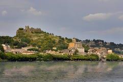 Trevignanoromano met geruïneerd Orsini-kasteel in de bovenkant Royalty-vrije Stock Fotografie