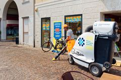 Treviso, Italien am 7. August 2018: Reiniger mit einem Staubsauger auf einer Stadtstraße lizenzfreies stockfoto