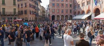 TREVISO ITALIEN - MAJ 13: nationalförsamling av de alpina soldaterna för italienska veteran royaltyfri foto